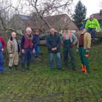 Die Räumtruppe vor dem Baum
